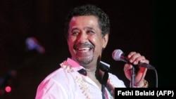 Le chanteur algérien Cheb Khaled en concert lors de la 49e session du Festival International de Carthage le 21 juillet 2013.