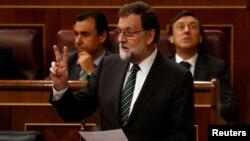 18일 스페인 마드리드의 의회에서 마리아노 라조이 스페인 총리가 질문에 답하고 있다.