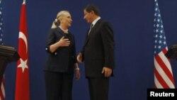ລັດຖະມົນຕີການຕ່າງປະເທດສະຫະລັດ ທ່ານນາງ Hillary Clinton (ຊ້າຍ) ແລະລັດຖະມົນຕີການຕ່າງປະເທດເທີກີ ທ່ານ Ahmet Davutoglu ພວມໂອ້ລົມກັນ ຫຼັງຈາກກອງປະຊຸມຖະແຫຼງຂ່າວ ທີ່ນະຄອນອິສຕັນບູລ ປະເທດເທີກີ (11 ສິງຫາ 2012)