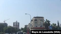 Bomba de gasolina numa avenida de Luanda, Angola