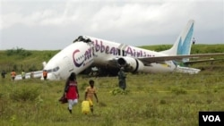 Pesawat Boeing 737-800 milik Caribbean Airlines patah menjadi dua saat mendarat darurat di bandara Cheddi Jagan, di Guyana, Sabtu (30/7).