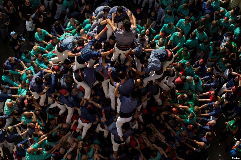 가톨릭 '모든 성인의 날'을 맞아 스페인 바르셀로나 인근의 빌라프란카 델 페네데스에서 '까스텔'이라고 불리는 사람 탑을 쌓고 있다.