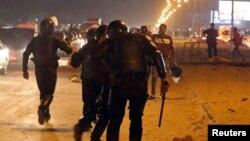 Polisi Mesir dan para fans klub Zamalek saling adu argumen dalam kerusuhan di stadion sepakbola di Kairo, Minggu (8/2).