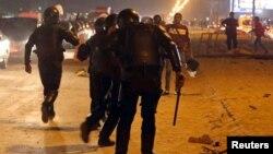 La police essaie d'empêcher les fans de rentrer dans le stade après des violences, au Caire, le 8 février 2015.