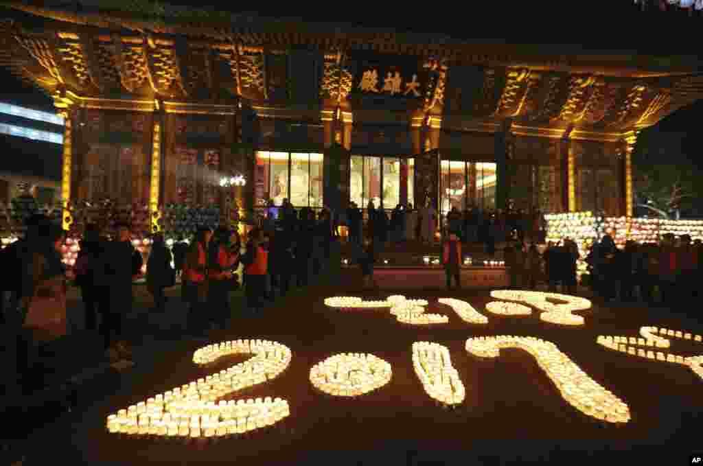 Los budistas encienden velas durante las celebraciones de Año Nuevo en el templo budista Jogye en Seúl, en Corea del Sur. (Foto AP)