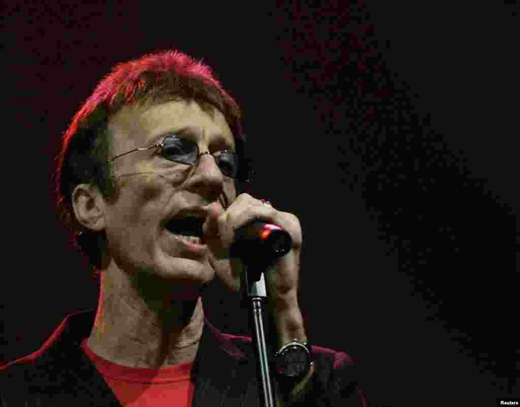 El cantante y compositor, Robin Gibbs conocido por formar parte del trío de los Bee Gees, uno de los grupos británicos más famosos falleció el 20 de mayo de 2012.