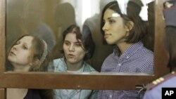 """Ba thành viên của ban nhạc đã bị kết án về tội """"côn đồ"""" và bị tuyên án 2 năm tù"""