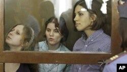 Участницы группы Pussy Riot в зале суда. Москва, 30 июля, 2012 года.
