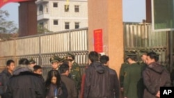 武警把守乌坎选举会场查证件或选民证