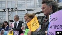 Thành viên mạng lưới SNAP, một tổ chức vận động chống sự lạm dụng tình dục bởi các tu sĩ đứng trước Tòa án Hình sự Quốc tế ở La Haye, Hà Lan