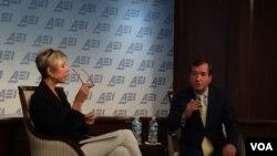 2016年1月8日,美国国会众议院外交委员会主席罗伊斯(右)在美国企业研究所发表有关美国国家安全政策的讲话。(美国之音斯洋拍摄)