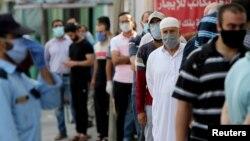 ပါလက္စတိုင္းႏိုင္ငံ Gaza ၿမိဳ႕ရွိ ဘဏ္တခုမွာ တန္းစီေနၾကတဲ့ လူတစု။ (စက္တင္ဘာ ၀၁၊ ၂၀၂၀)