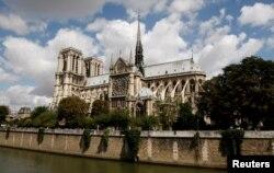 Katedral Notre Dame sebelum terbakar, sebenarnya sedang dalam tahap renovasi, diambil dari tepi Sungai Seine di Paris (foto: dok).