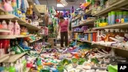 北加州地震发生后,商店的店主在清理一片狼藉的商店