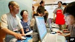 Para peserta kursus komputer untuk manula di Distrik Sugamo, Tokyo. (Foto: Dok)
