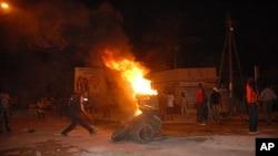1月27号塞内加尔首都达喀尔街道上焚烧轮胎,抗议法院允许总统瓦德竞选连任