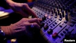 La nueva herramienta para mezclar música de Spotify es tan fácil de usar que según sus desarrolladores, cualquier persona sin ninguna experiencia podría convertirse en el DJ de la noche.