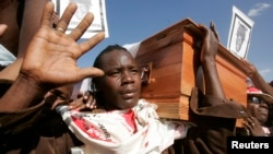 FILE: Supporters of Zimbabwe opposition Movement for Democratic Change carry the coffin of slain party activist Tonderai Ndira at his funeral in the capital Harare May 25, 2008. The MDC claims that scores of its supporters were killed and thousands displaced in post election violence. REUTERS/Howard Burditt (ZIMBABWE) - GM1E45P1PNJ01