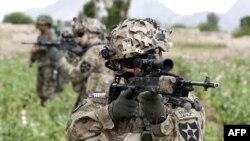 Binh sĩ Mỹ tuần tra với lực lượng quân đội quốc gia Afghanistan ở tỉnh Kandahar, miền nam Afghanistan, 21/4/2012.