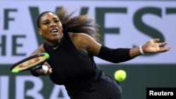 Serena Williams dalam pertandingan putaran pertama melawan Zarina Diyas di BNP Paribas Terbuka di Indian Wells Tennis Garden, 8 Maret 2018.(Photo: Jayne Kamin-Oncea-USA TODAY/via Reuters)