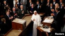 El presidente de Cámara de Representantes, John Boehner, y el vicepresidente Joe Biden aplauden a la llegada del papa Francisco al Congreso.