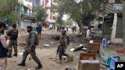 阿富汗安全人員在爆炸現場調查