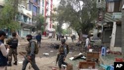 아프가니스탄 보안요원들이 18일 잘랄라바드 테러 현장을 수색하고 있다.
