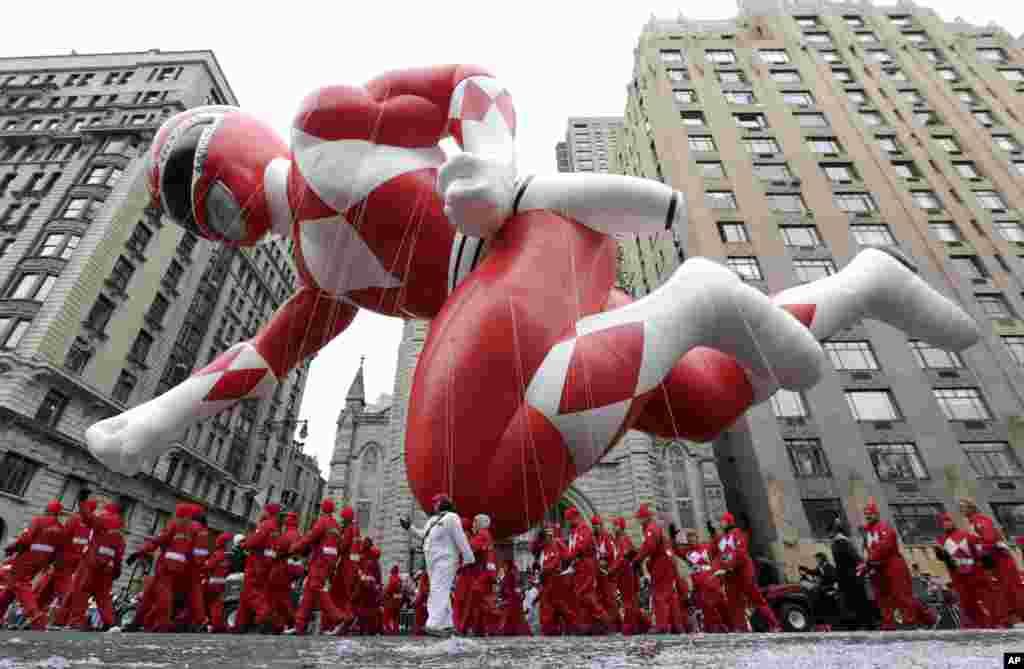 Bong bóng khổng lồ hình Siêu Nhân được rước qua khu phía tây Công viên Trung tâm trong cuộc Diễu hành ngày Lễ Tạ Ơn của Macy's, ở thành phố New York.