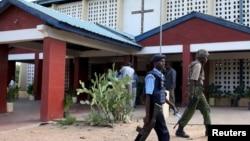 Cảnh sát phía trước một nhà thờ Công giáo trong lễ Phục Sinh ở Garissa, Kenya, ngày 5/4/2015.