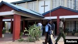 Des policiers devanmt une église catholique avant la célébration du dimanche de Pâcquesvice in Garissa, Kenya, April 5, 2015.
