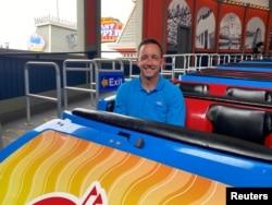 Presiden Santa Cruz Beach Boardwalk Karl Rice duduk di mobil depan rollercoaster Giant Dipper di tengah pandemi COVID-19 di California, AS, 19 Juni 2021. (REUTERS/ Ann Saphir)