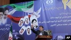 Presiden Iran Mahmoud Ahmadinejad menyampaikan sambutan dalam upacara peringatan Hari Nuklir Nasional di Teheran, Iran (9/4). (AP Photo/Rouzbeh Jadidoleslam, Presidency Office)