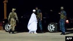 L'ancien président Yaya Jammeh (C), le dirigeant de la Gambie depuis 22 ans, se dirige vers l'avion pour aller en exil, à l'aéroport de Banjul, le 21 janvier 2017.