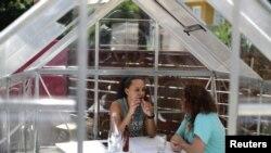 지난 7일 미국 캘리포니아주 로스앤젤레스의 식당에서 시민들이 점식식사 중 담소를 나누고 있다.