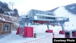 지난해 1월 새해에 맞춰 개장한 북한 강원도 원산의 마식령 스키장 전경. '우리투어' 제공. (자료사진)