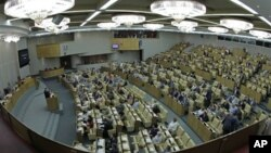 Một phiên họp của Hạ viện Nga. Buổi thảo luận hôm thứ Hai của Hạ Viện Nga diễn ra vào lúc Quốc hội Mỹ tranh luận về dự luật giới hạn du hành và giao dịch ngân hàng đối với giới chức Nga dính líu đến các vụ vi phạm nhân quyền