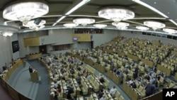 Para anggota negara bagian Duma, anggota majelis rendah parlemen Rusia sedang bersidang di Moskow, Rusia (10/7). Majelis rendah parlemen Rusia telah menyetujui masuknya negara mereka ke Organisasi Perdagangan Dunia (WTO).