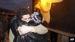 Un prisonnier syrien libéré, à gauche, embrasse son frère, à droite, après sa sortie de la prison d'Adra à la périphérie du nord-est de Damas, en Syrie, 16 janvier 2012. (Archives)