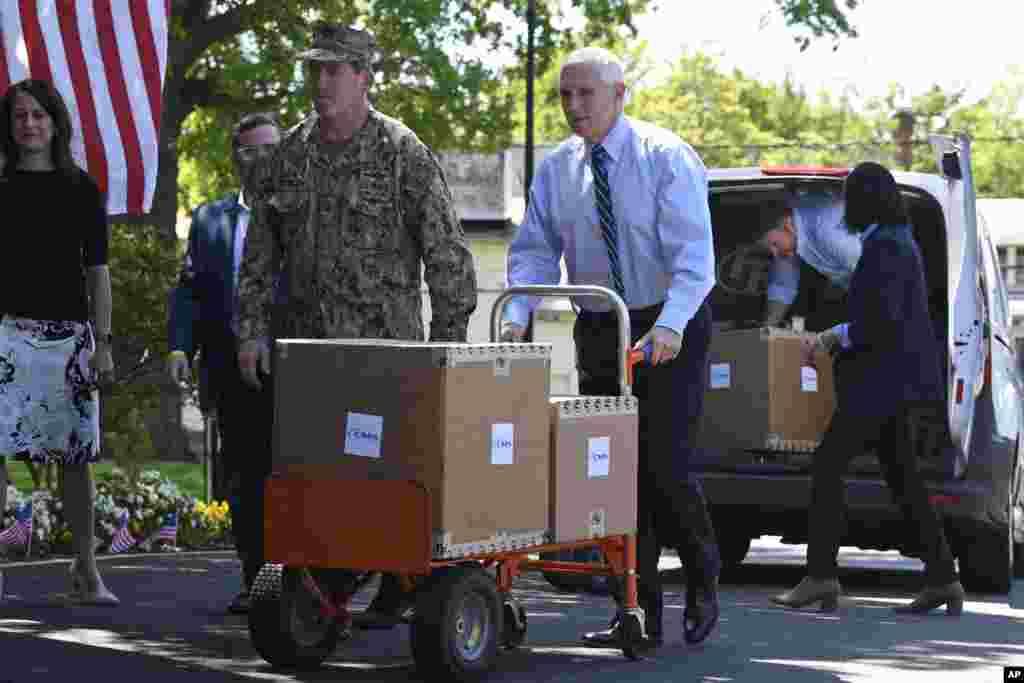 مایک پنس معاون رئیس جمهوری آمریکا در یک مرکز درمانی در شهر الکسندریا در ایالت ویرجینیا کمک میکند. ۷۶ هزار نفر تاکنون بر اثر کرونا در آمریکا جان باختهاند.