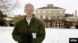 El australiano está en libertad bajo fianza residiendo en una casa en las afueras de Londres.