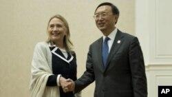 Menlu AS Hillary Rodham Clinton Kiri) dan Menlu Tiongkok Yang Jiechi berjabat tangan sebelum menghadiri pertemuan regioanal ASEAN di Phnom Penh (12/7).