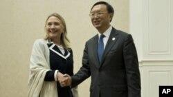 美國國務卿克林頓同中國外長楊潔篪7月12日在金邊舉行的東盟區域論壇會外舉行會談之前握手合影
