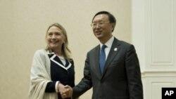 美国国务卿克林顿同中国外长杨洁篪7月12日在金边举行的东盟区域论坛会外举行会谈之前握手合影