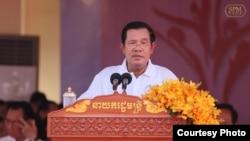 លោកនាយករដ្ឋមន្ត្រី ហ៊ុន សែន ថ្លែងនៅក្នុងកម្មវិធីប្រារព្ធទិវាពិភពលោកកាកបាទក្រហម អឌ្ឍចន្ទក្រហម ៨ ឧសភា លើកទី១៥៤នៅស្នាក់ការរបស់កាកបាទក្រហមកម្ពុជា នៅរាជធានីភ្នំពេញ កាលពីថ្ងៃទី៨ ខែឧសភា ឆ្នាំ២០១៧។ (រូបថតដកស្រង់ចេញពីហ្វេសប៊ុករបស់ Samdech Hun Sen, Cambodian Prime Minister)