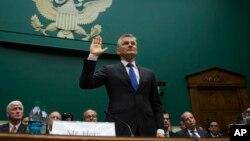 Giám đốc điều hành Volkswagen Michael Horn trước buổi điều trần ở Quốc hội Mỹ ngày 8/10/2015.
