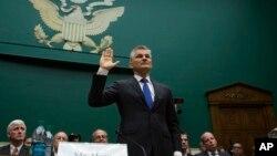 폭스바겐의 미국 법인 대표 마이클 혼 사장이 8일 미 하원 에너지 통상위원회 청문회에 출석해 선서하고 있다.