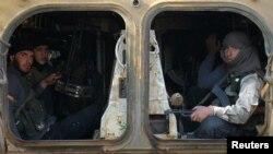 지난달 30일 시리아 알레포 서쪽 다히예트 알-아사드에서 무장한 반군들이 군용 차량에 타고 있다. (자료사진)