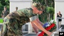 Marinir AS meletakkan karangan bunga di tugu peringatan serangan Pearl Harbor di Honolulu, Hawaii (foto: dok).