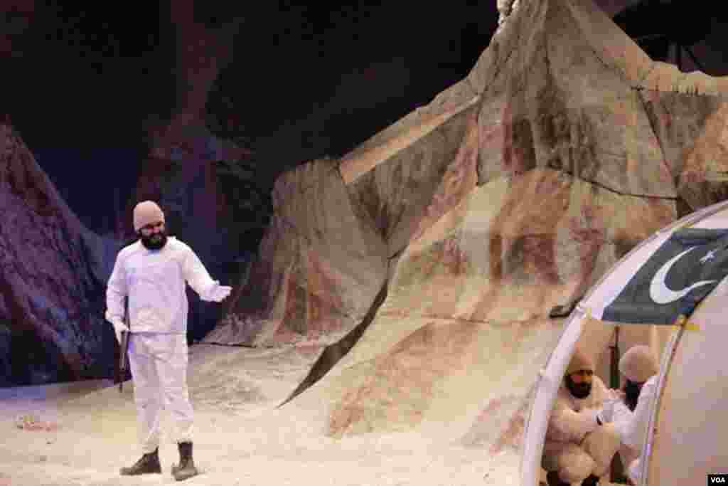 اسٹیج ڈرامے میں سیاچن کی زندگی اور ان سے جڑے پہلو دکھائے گئے ہیں۔