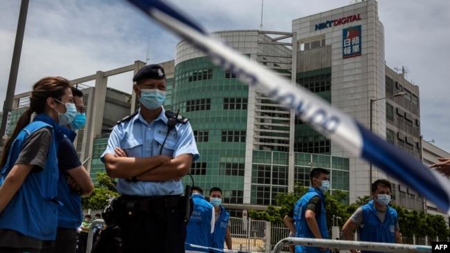 香港警察8月10日大举搜查苹果日报总部时封锁周边